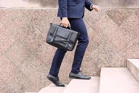 バッグを持つ男性
