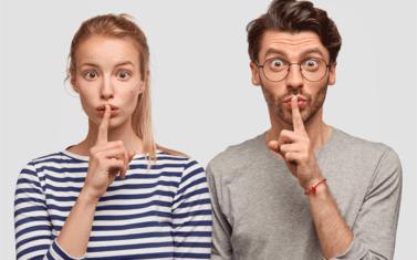 彼氏が女友達と会っているのを隠すのはなぜ?考えられる5つの心理と対応まとめ
