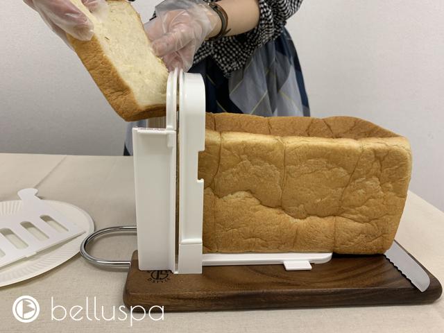 切ったパンを取り出す様子